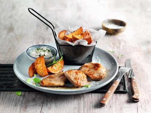 Kalfsschnitzel met zoeteaardappelpartjes en kruidendip