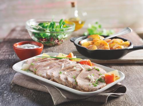 Kalbstafelspitz Wiener Art (mit Meerrettich) mit Kümmel-Bratkartoffeln, Feldsalat (mit Sesam-Granatapfel-Dressing)und Kräuter-Sauerrahm