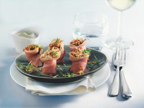 Vitello tonnato van gerookte tonijn en pulled kalfsvlees met tuinkers