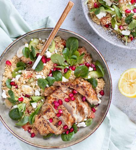 Kalbsribeye mit Couscous-salat mit Granatapfel, Feta und Minze