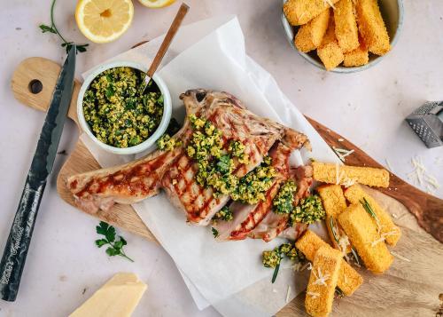 Kalfskotelet met pistache gremolata en polenta frietjes