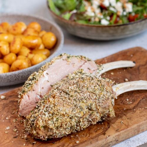 Kalbskarree mit kleinen Knoblauchkartöffelchen und frischem Salat
