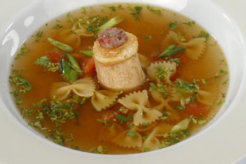 Bouillon met gevulde mergpijp en pastavlinders