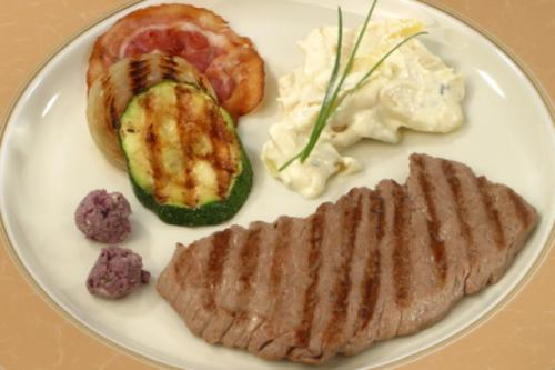 Gegrilltes Kalbsschnitzel mit Zwiebelringen