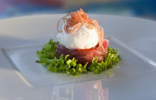Salade met gemarineerde haas en gepocheerd ei