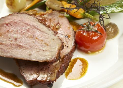 Schenkel met vleesjus en geglaceerde groenten