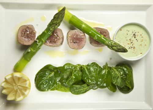 Gestoomde lever met groene asperges, spinazie en tofusaus