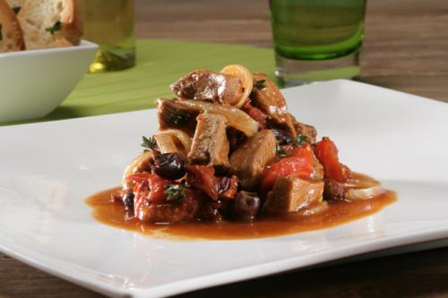 Stoofschotel met olijven, rozemarijn en pomodori met knoflook/salie croutons