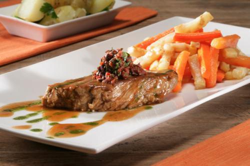 Bistecche di vitello stufate con verdure al forno e condimento a base di sedano e patate