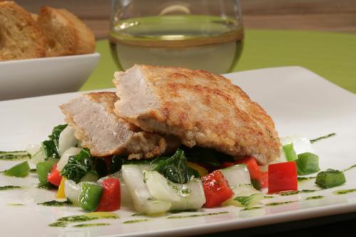 In parmesan gepaneerde schnitzels op een salade van paksoi