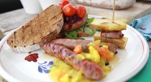 Burger op gegrild zuurdesembrood en gegrilde saucijs met piccalilly