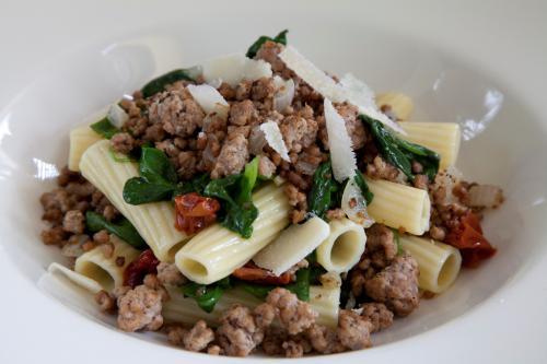 Carne macinata saltana in padella con rigatoni e spinaci