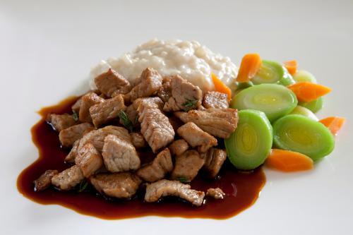 In olijfolie geconfijt poulet met gestoofde prei, worteltjes en balsamico