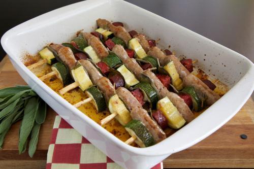 Kalbsbratwürste am Spieß mit Chorizo, Zucchini und Salbei