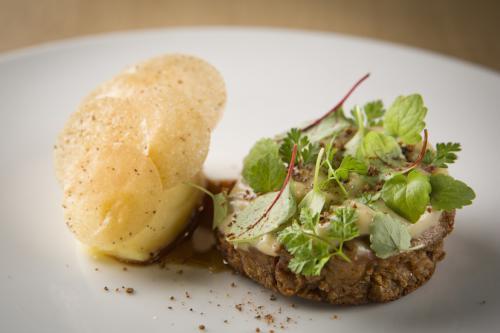 Gebakken kalfszwezerik met knoflookpuree en geprakte aardappelen