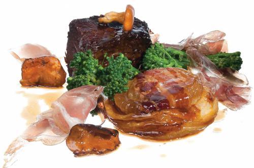 Sukade met hartige tarte tatin van zoete ui, Culatello ham en rode wijn saus