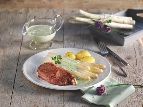 Kalbssteak mit Drillingen, weißem Spargel und Rucola-Frischkäse-Sauce
