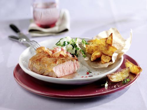 Kalbssteak mit Kartoffelecken, Mangold und Frühstücksspeck