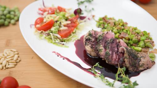 Filetto di vitello con piselli e pancetta croccante in riduzione di vino rosso
