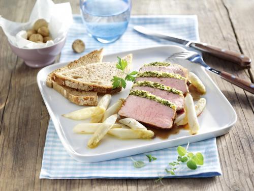 Arrosto di vitello in crosta di erbe, asparagi arrosto con burro e pane