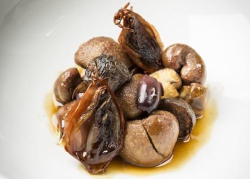 Kalbsniere, schwarze Oliven, Champignons, kandierte Schalotte