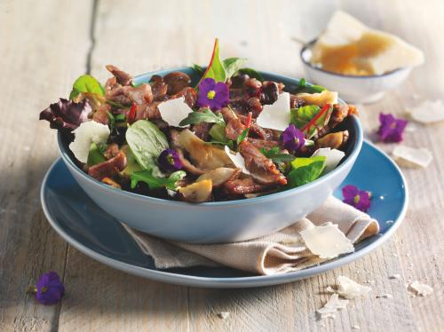 Wild herb salad with veal strips and fried mushrooms