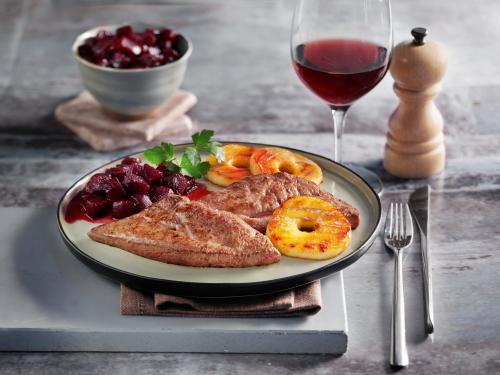 Kalbsleber mit roter Beete, gegrillten Apfelscheiben und Lebkuchengewürz