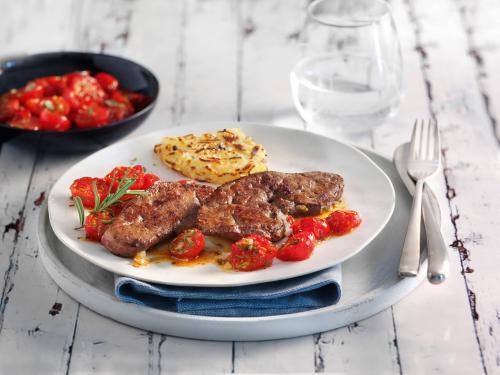 Kalbsleber in Scheiben mit Rösti und Tomaten aus dem Ofen