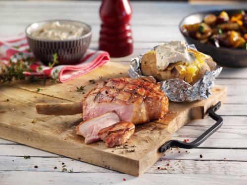 Bistecca Tomahawk alla griglia con patate al cartoccio, salsina e verdure colorate