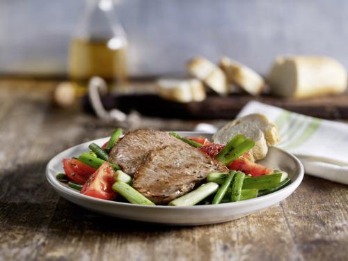 Grüne-Bohnen-Salat mit Tomaten und Kalbsnussschnitzelchen