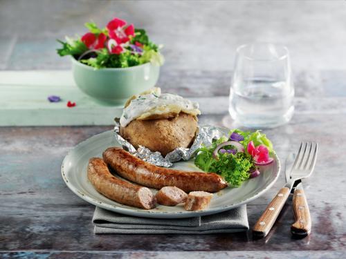 Kalbsbratwürst mit Salat, Folienkartoffel und Dip