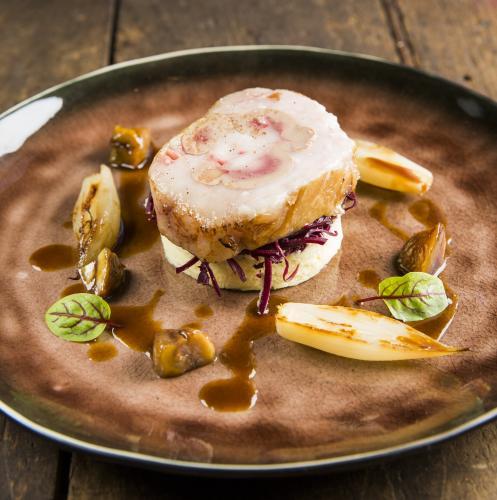 Kalbsniere im Fett mit Kartoffel-Mousseline, Rotkohlkastanien, geröstete Schalotten und Bratensauce mit Vadouvan