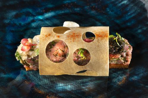 Bistecca alla tartara con ostrica fritta, caviale, spuma di parmigiano e brick al pomodoro