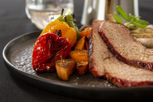 BBQ - Thick flank of veal with mini bell peppers, sweet potatoes and mushrooms