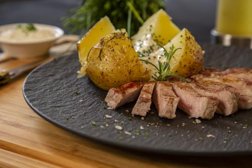 Ribeye met gepofte aardappel en crème fraîche