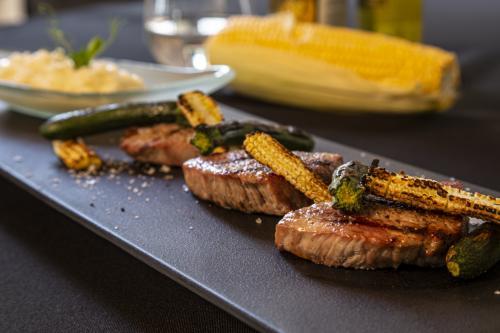 Auf dem Grill: Kalbsmedaillons mit Mini-Zucchini und Mini-Maiskolben