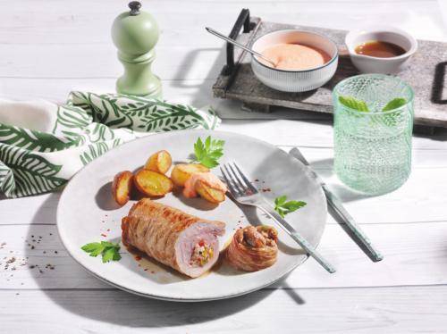 Kalbsrouladen mit Paprika-Feta-Kalbshack-Füllung an Backkartoffeln mit scharfem Paprika-Dip