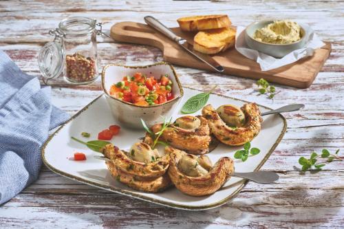 Kalbsspieße vom Grill mit Champignons und Honig-Chili-Salsa